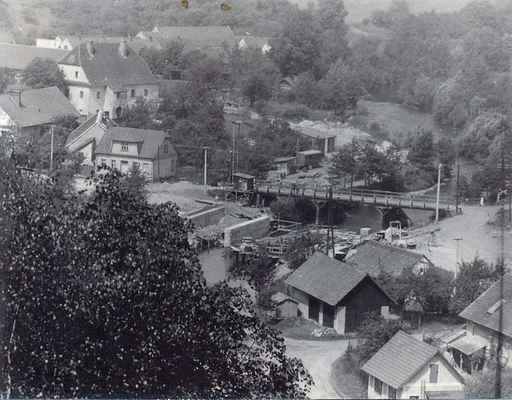 """Pohled na staveniště """"nového"""" mostu přes řeku Svratku. Budování začalo 16. 12. 1965, otevřen pro provoz byl 18. prosince 1966."""