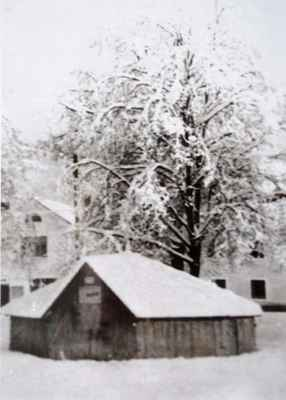 Doubravnická kašna zakrytá na zimu