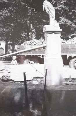 Stará doubravnická kašna byla opravována, ale neustále tekla. Protože se cihly rozpadávaly, byla v roce 1970 rozbourána a dle návrhu ing. Jiřího Kaly byla postavena nová kašna – železobetonová. Jen původní pískovcová obruba byla zachována.