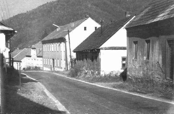 V roce 1987 byly zbourány staré domy č. 3 a č. 4, aby mohla být rozšířena silnice, kterou tyto domy výrazně omezovaly. Snímek z roku 1984.