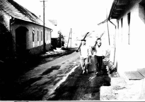 Vpravo je vidět jak schody domu č.3 zasahovaly až do silnice (r. 1970)