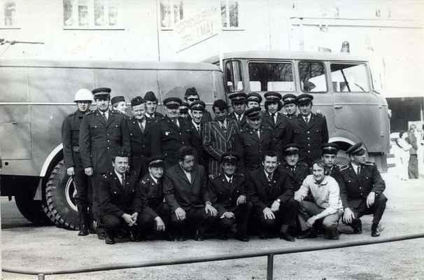 Doubravničtí hasiči zdraví 1. máj. Společné foto před autocisternou CAS-25.