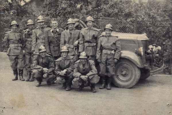 Doubravničtí hasiči. Společné foto před automobilem Praga-LN.