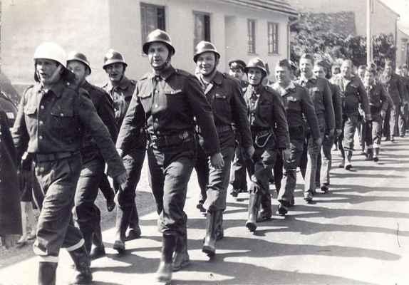 Doubravničtí hasiči v roce 1969. Slavnostní pochod přioslavách 90. let založení sboru.