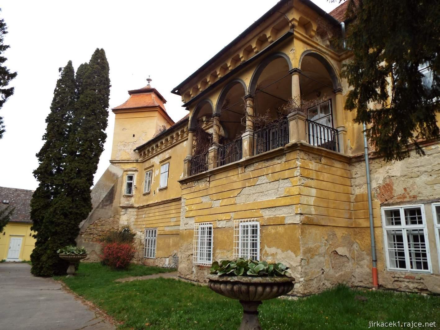 Zámek Ždánice - arkádová lodžie u vstupu do Vrbasova muzea