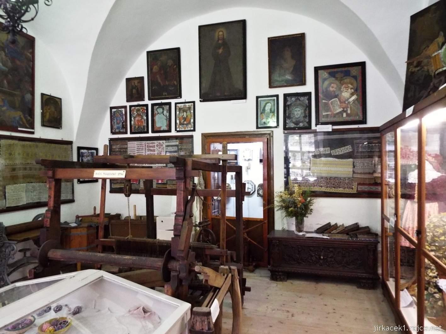 Zámek Ždánice - Vrbasovo muzeum - expozice řemesel a lidových krojů