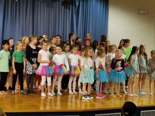 Tanečníci moderního tance, kteří veřejně vystoupili v koncertním sálu naší ZUŠ.
