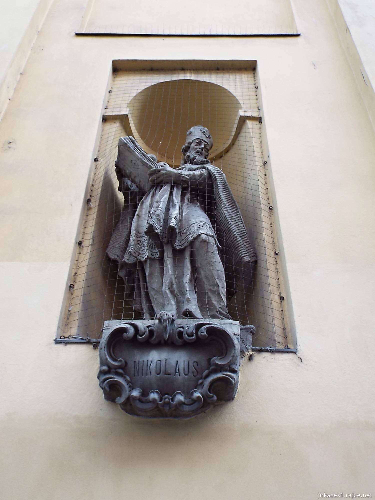 Brno - Kostel svaté Máří Magdalény - socha sv. Mikuláše na průčelí