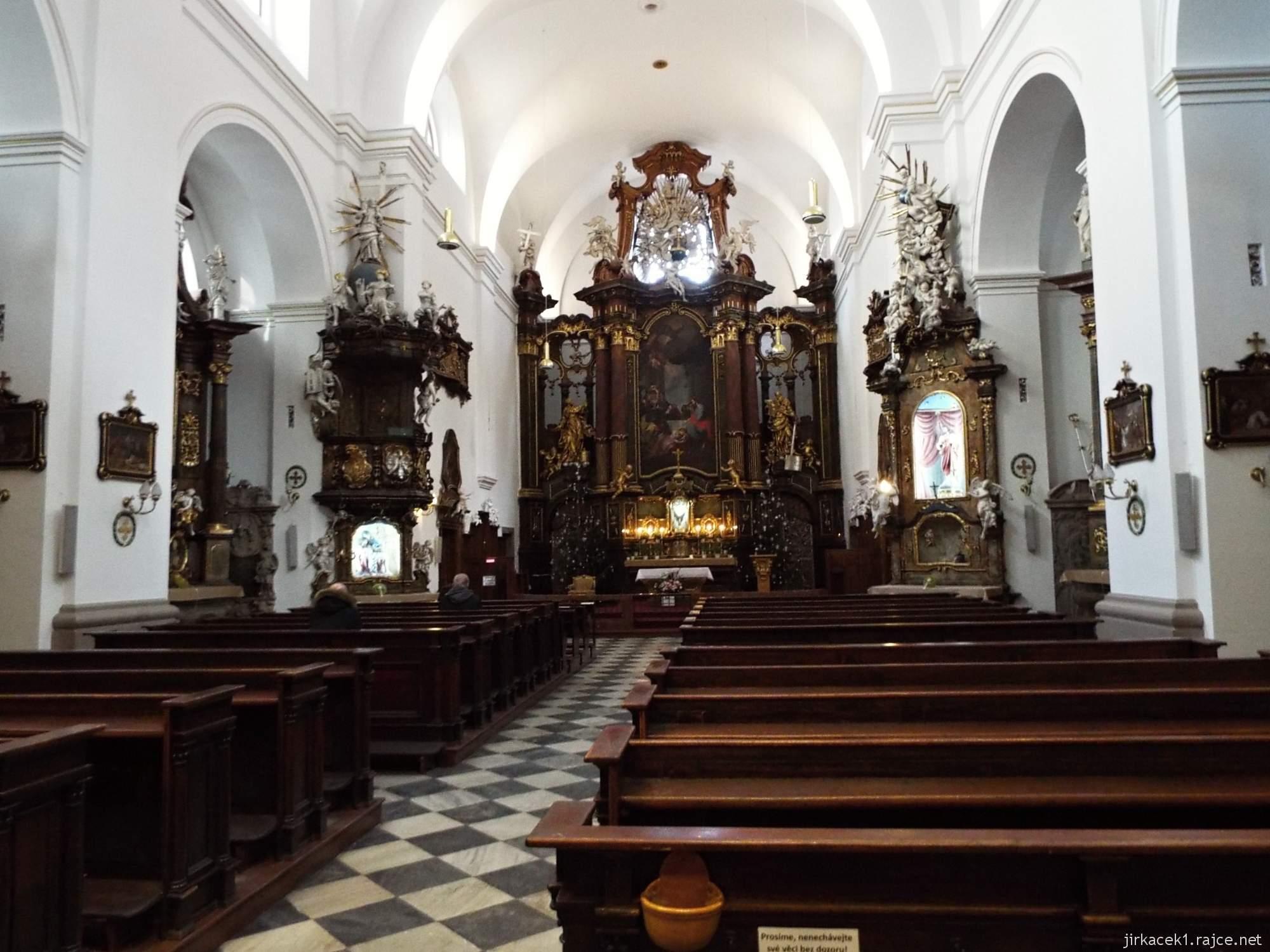 Brno - Kostel svaté Máří Magdalény - interiér s lavicemi a hlavním oltářem