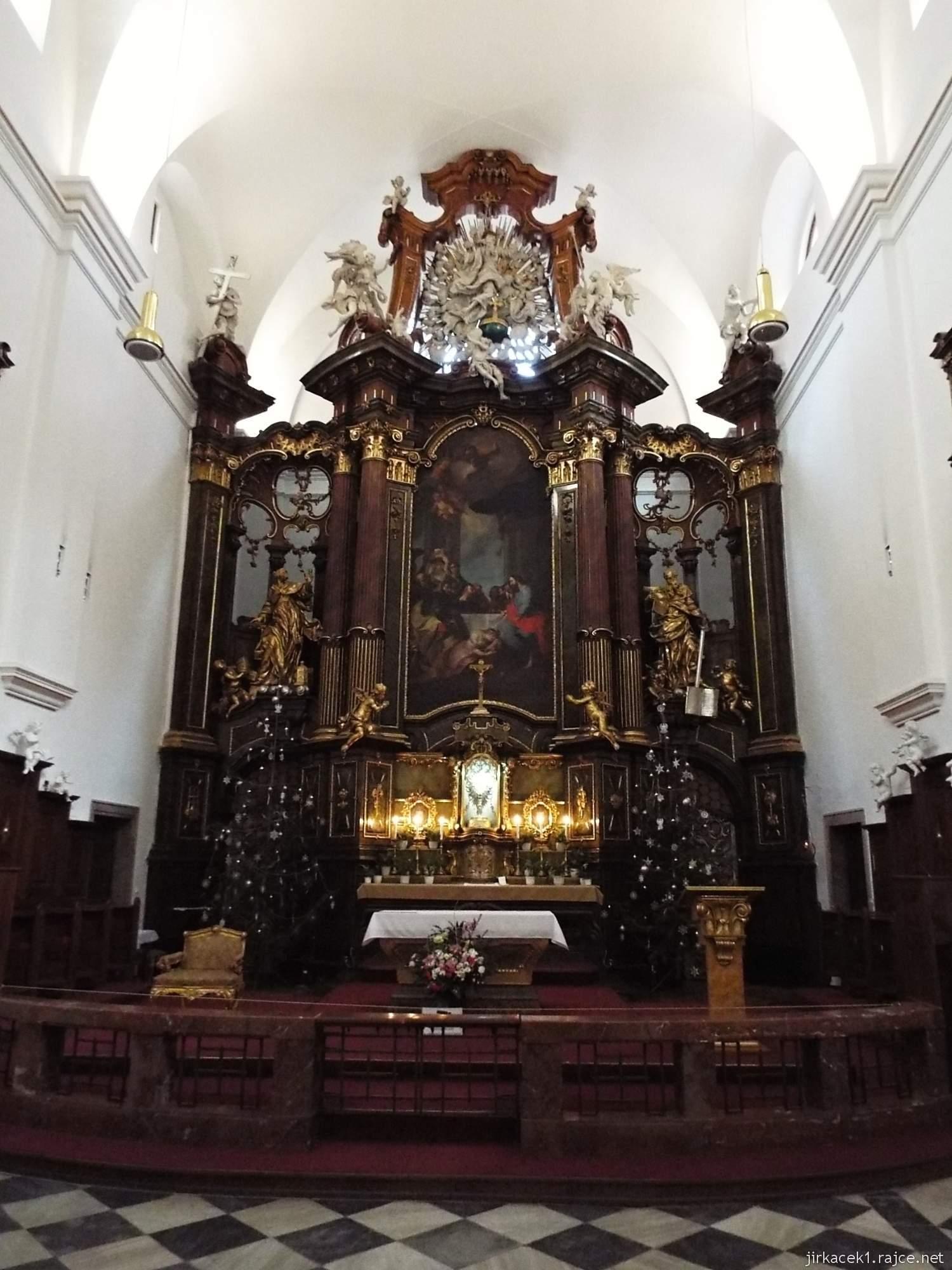 Brno - Kostel svaté Máří Magdalény - interiér - hlavní oltář