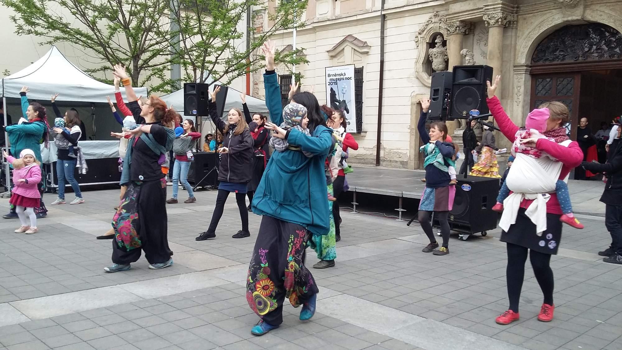 Tanec s dětmi v šátcích. Foto: Lucie Kohoutková