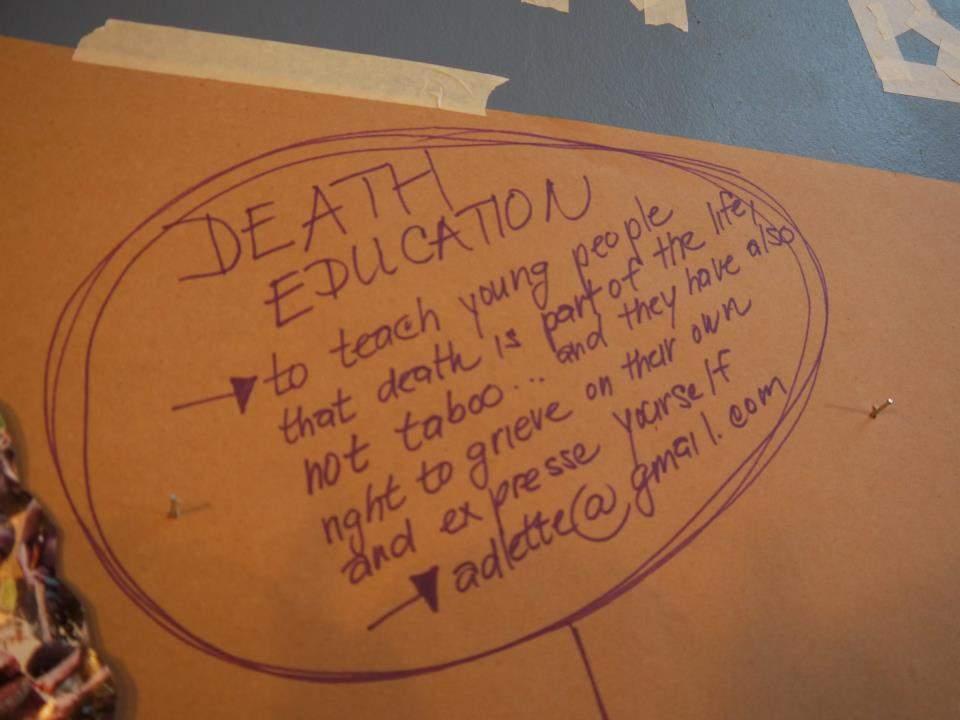 Učit mladé lidi, že smrt je součást života a ne tabu... a také že mají právo truchlit a vyjádřit se vlastním způsobem.