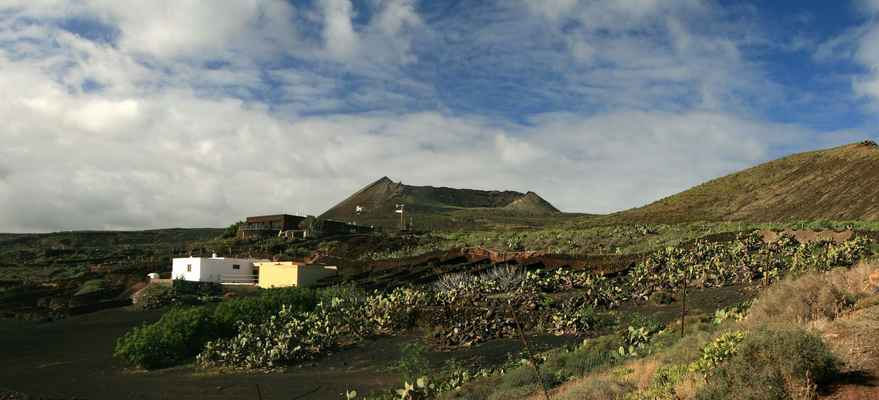 ...v opunciových houštinách pod Monte Corona jsou osamocené usedlosti...