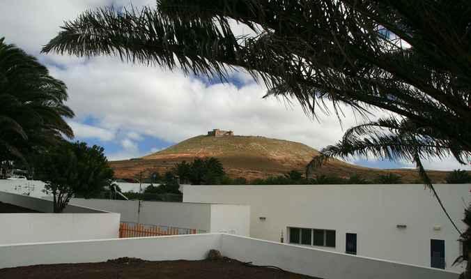 ...poblíže města Teguise se nachází i středověký hrad - Castillo de Santa Barbara...