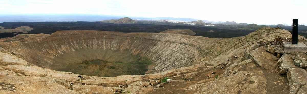 ...výhled do kráteru z nejvyššího místa Caldera Blanca (458 m.n.m.)...