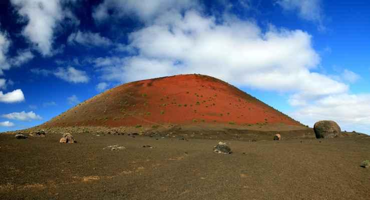 ...snad nejznámější kráter ostrova Caldera Colorada (459 m.n.m.) a sopečné pumy okolo něho...