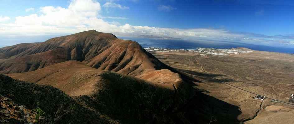 ...vpravo je maják Playa Blanca - nejjižnější místo ostrova...