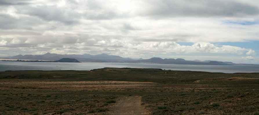...za průlivem je ostrov Fuerteventura...