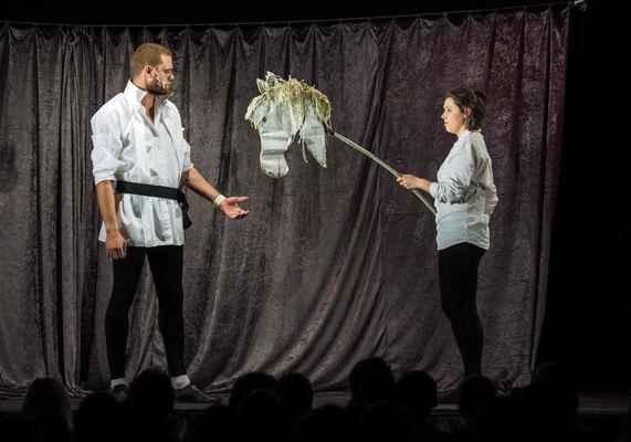 Kabaret nahatý Shakespeare | Divadlo Tramtarie Olomouc. 13.2.2020. Pět v jednom aneb Pět nejslavnějších tragedií Williama Shakespeara v jedné divadelní komedii. Seděli jsme v první řadě a byla to fakt sranda. Hlavně Bořek. Viz růžový vlasy...