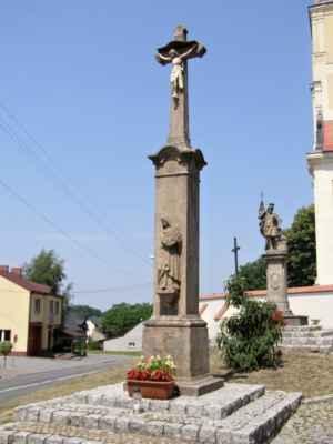 Tworków - kostel sv. Petra a Pavla (Kościół Św. Piotra i Pawła w Tworkowie) - kříž s Kristem, vzadu socha svatého Floriána