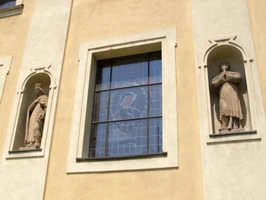 Tworków - kostel sv. Petra a Pavla (Kościół Św. Piotra i Pawła w Tworkowie) - vitrážové okno, po stranách sochy svatých v nikách
