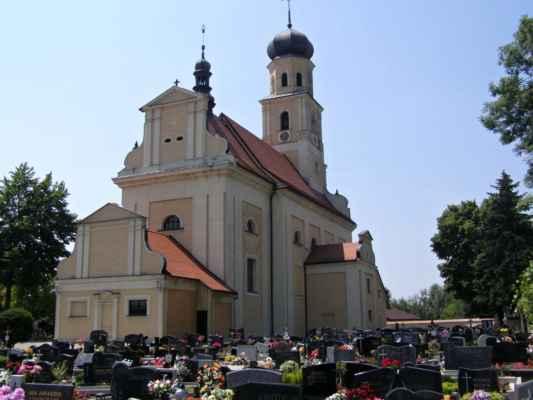 Tworków - kostel sv. Petra a Pavla (Kościół Św. Piotra i Pawła w Tworkowie) - pohled ze hřbitova