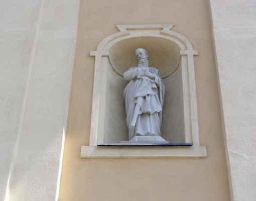 Tworków - kostel sv. Petra a Pavla (Kościół Św. Piotra i Pawła w Tworkowie) - socha sv. Pavla nad vchodem do kostela