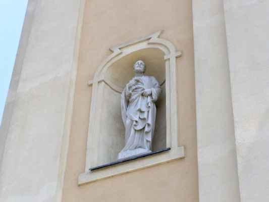 Tworków - kostel sv. Petra a Pavla (Kościół Św. Piotra i Pawła w Tworkowie) - socha sv. Petra nad vchodem do kostela