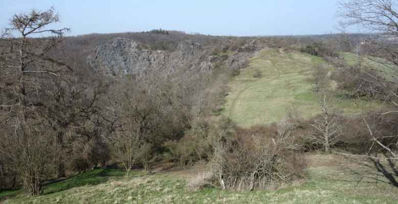 Masiv Dívčí skok z hradiště Šárka.