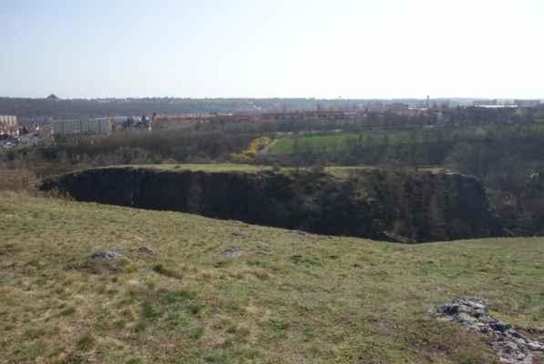 Okraj hradiště tvoří Kozákova skála, dole teče Šárecký potok a naproti je Šestákova skála.
