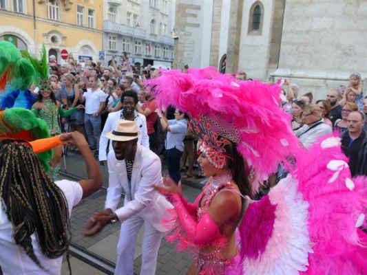 ... hvězdami průvodu je tanečnice Veronika Lálová a její taneční partner brazilec André Negräo ( společně se už několik let zaměřují na brazilské tance) ....