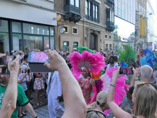 ... karnevalové tančení se posunuje do Masarykovy ul. ....