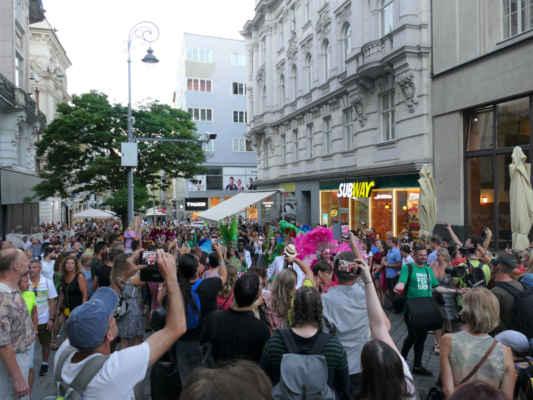 ... po celou dobu tanečníky doprovázejí davy lidí ....