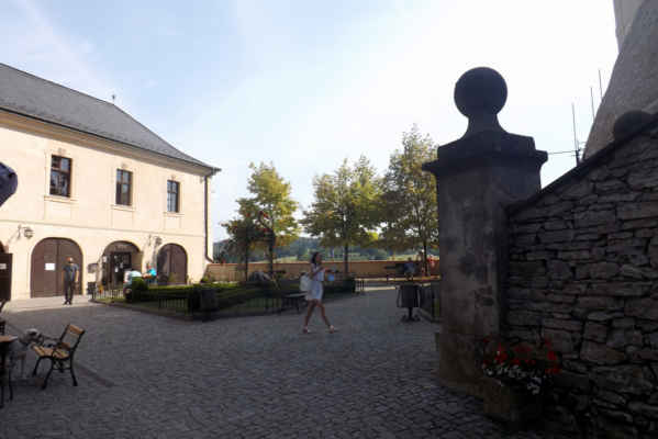 Hrad Český Šternberk - nádvoří - Gotický hrad byl založen Zdeslavem z Divišova před rokem 1241. V průběhu let zaznamenal několik úprav, které ovlivnily jeho výslednou podobu. Zásadní barokní přeměnou prošel po skončení třicetileté války, kdy byly upraveny především interiéry. V roce 1751 byl přistavěn dolní zámek. Zde byly umístěny byty úředníků a kanceláře. Prohlídková trasa vás zavede do bohatě vybavených a štuky zdobených reprezentačních pokojů, barokní kaple sv. Šebestiána s rokokovým oltářem nebo do snídaňového pokoje se stříbrnými figurkami. Za pozornost jistě stojí sbírky grafických listů ze 17. století, porcelánu nebo loveckých trofejí.