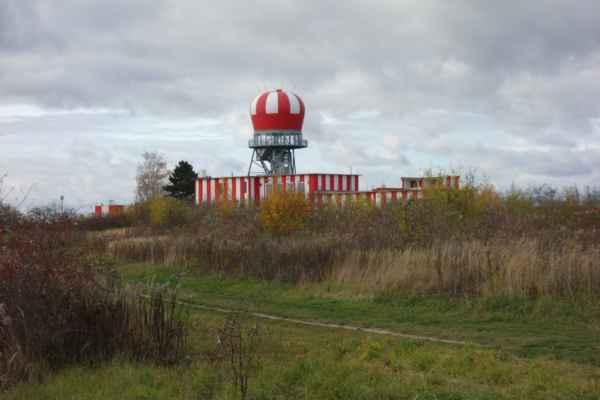Stará radarová věž u Hostivice. Tady jsem se rozhodla prozkoumat v jakém stavu je pěšina kolem letiště.