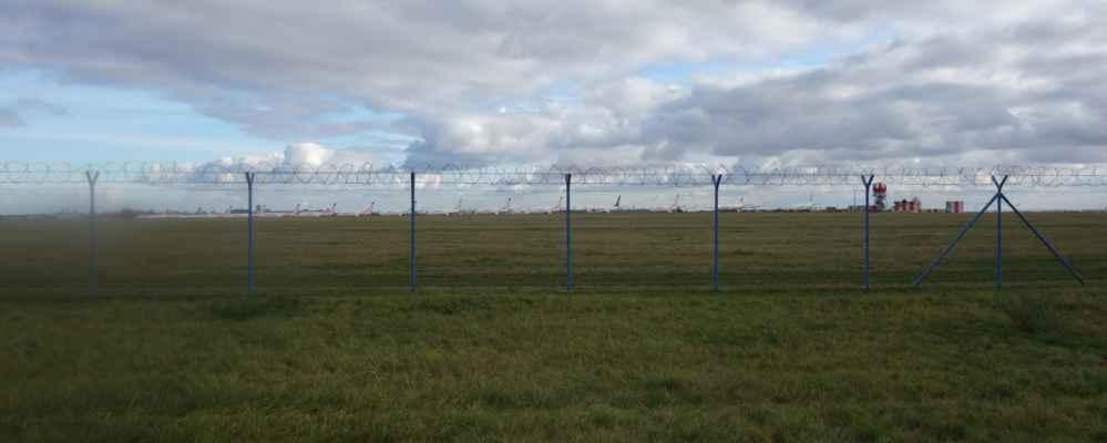 Z letiště je teď parkoviště letadel. Vypadá sice moc pěkně, jak jsou letadla seřazená, ale je to smutný pohled...