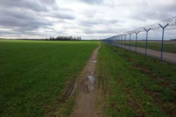 A když už jsem byla tak pěkně rozjetá, jela jsem kolem letiště dál. Tady už jsem nejela ani nepamatuji. Příjemné ale bylo, že stezka kolem plotu je tu stále a pořád zhruba ve stejné podobě.
