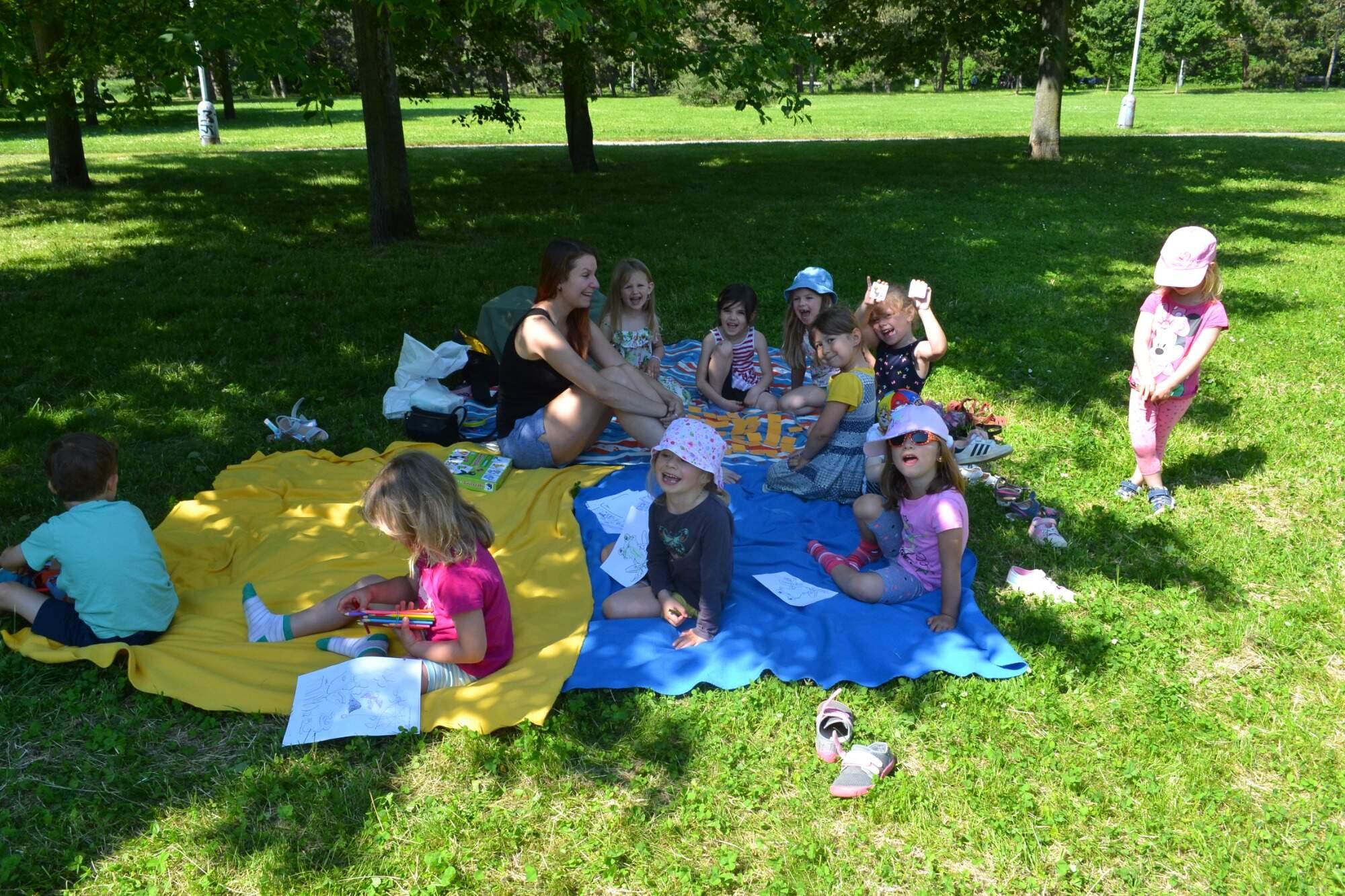 děti na dece v parku